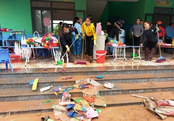 Các trường tích cực dọn vệ sinh trường lớp sau mưa lũ.