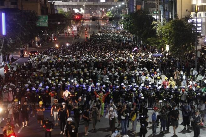 Người biểu tình di chuyển từ Tượng đài Chiến thắng đến trụ sở chính phủ ở Bangkok đêm 21/10. Ảnh: Bangkok Post.