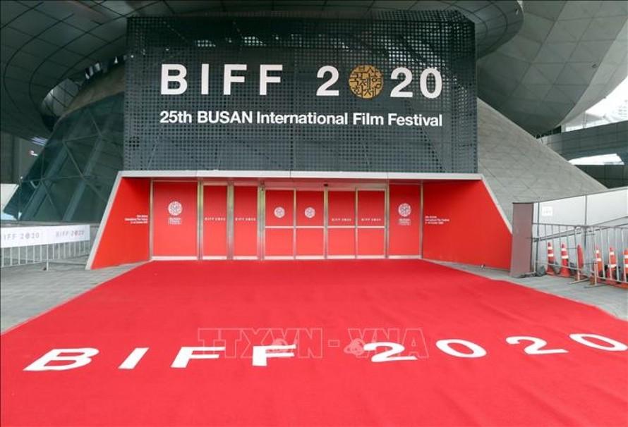 Biển hiệu Liên hoan phim quốc tế Busan 2020 tại lối vào Trung tâm Điện ảnh Busan ở thành phố Busan, Hàn Quốc ngày 21/10/2020. Ảnh: AFP/TTXVN