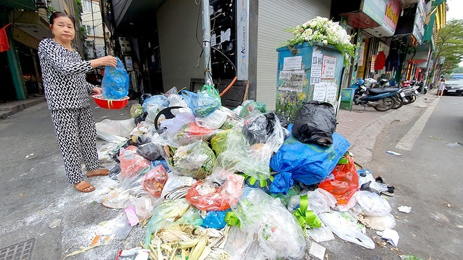 Nhiều người dân ở Hà Nội bức xúc vì lãnh đạo TP.Hà Nội không giải quyết dứt điểm được vấn đề đền bù di dời, khiến người dân ở H.Sóc Sơn nhiều lần chặn xe chở rác vào bãi rác Nam Sơn, gây ùn ứ, ô nhiễm môi trường nội thành Hà Nội. Ảnh: Đan Hạ