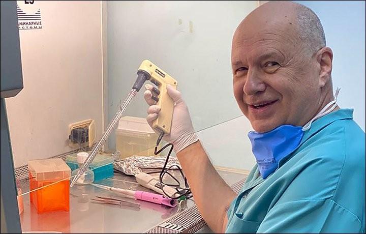 Ông Alexander Chepurnov làm việc trong phòng thí nghiệm. Ảnh: OD