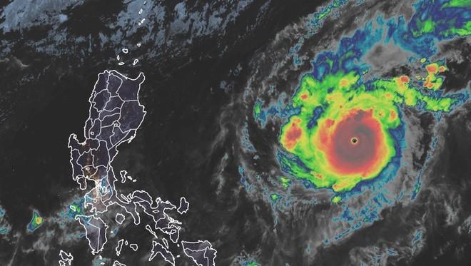 Goni đã mạnh lên, trở thành cơn bão mạnh nhất trên Trái Đất năm 2020. Ảnh: Washington Post.