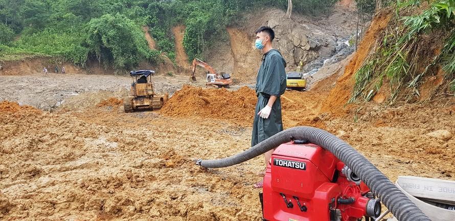 Các lực lượng tiếp tục triển khai phương tiện tìm kiếm nạn nhân tại xã Trè Leng - Ảnh: VGP/Thế Phong