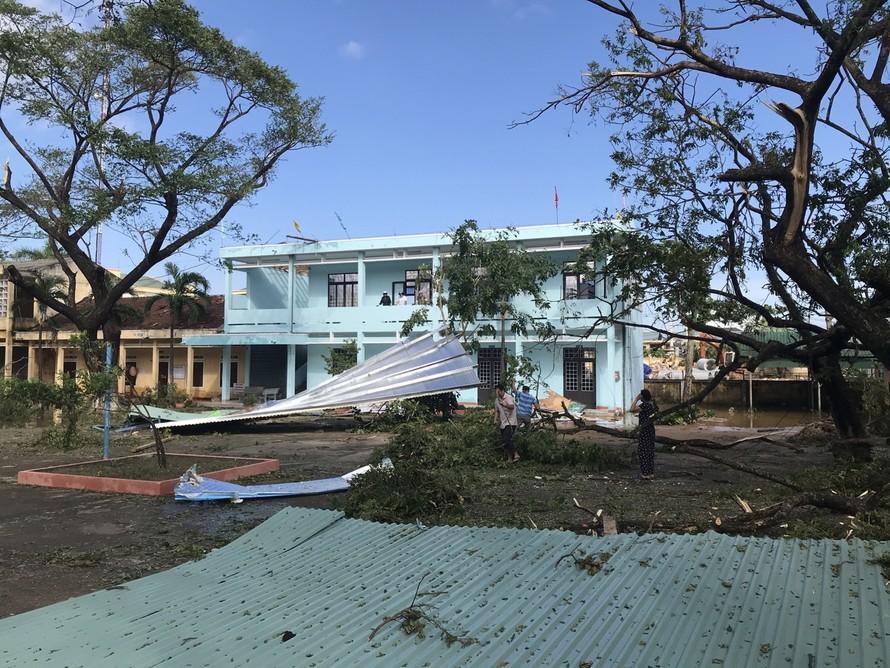 Tận dụng tôn cũ, ngói, các trường lợp lại mái, ưu tiên phòng học để HS sớm trở lại trường
