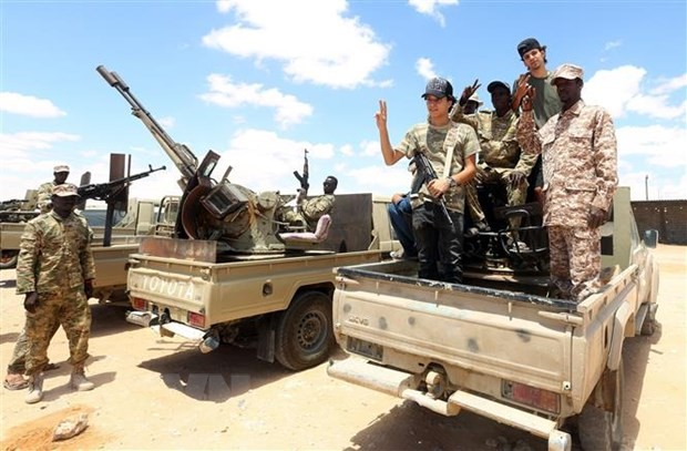 Các tay súng trung thành với Chính phủ Đoàn kết dân tộc Libya đóng chốt an ninh tại khu vực Abu Qurain, nằm giữa thủ đô Tripoli và thành phố Bengazi. (Ảnh: AFP/TTXVN)
