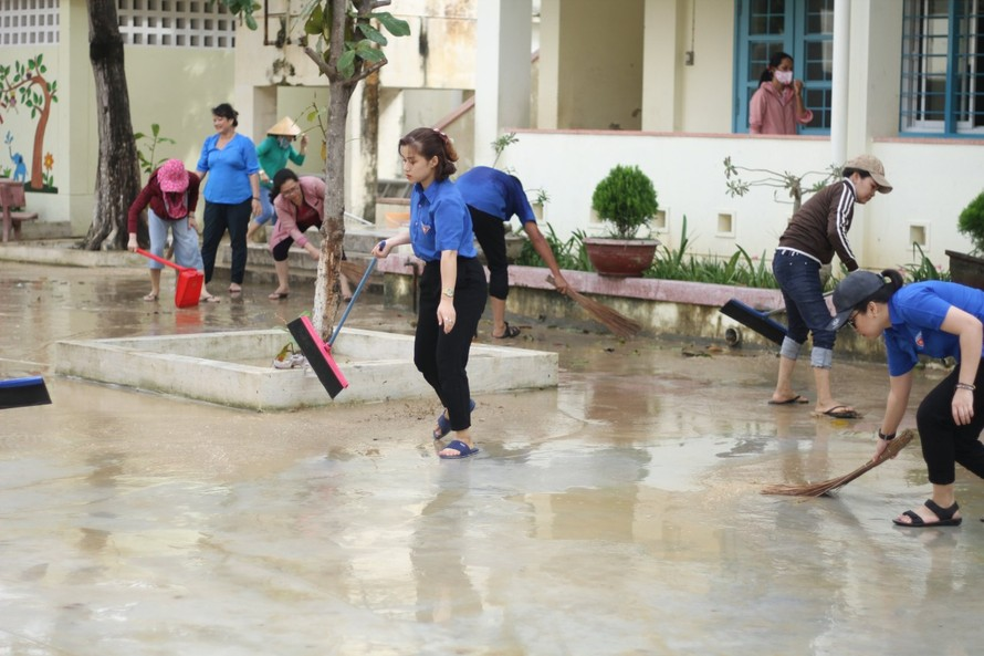 Các trường học ở Bình Định vệ sinh trường lớp sau bão số 12.