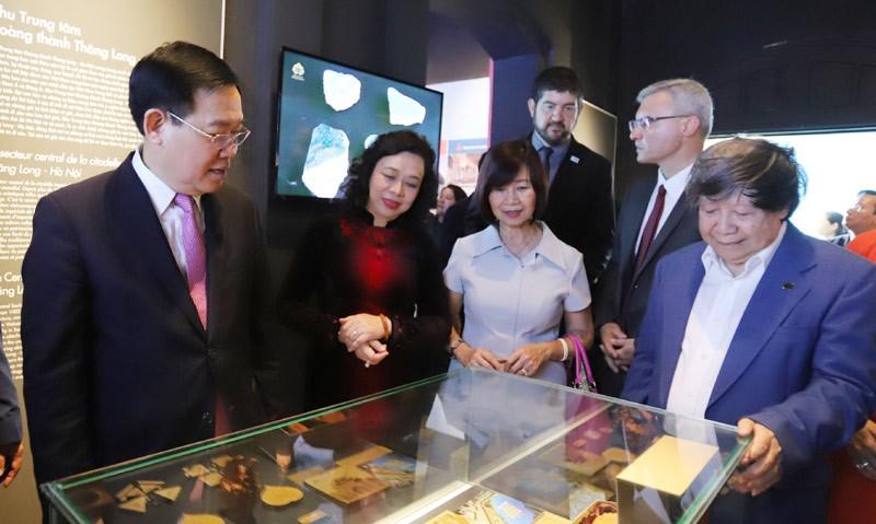 Bí thư Thành ủy Hà Nội Vương Đình Huệ cùng các đại biểu tham quan khu trưng bày một số hiện vật tại Hoàng Thành Thăng Long. Ảnh: Lại Tấn