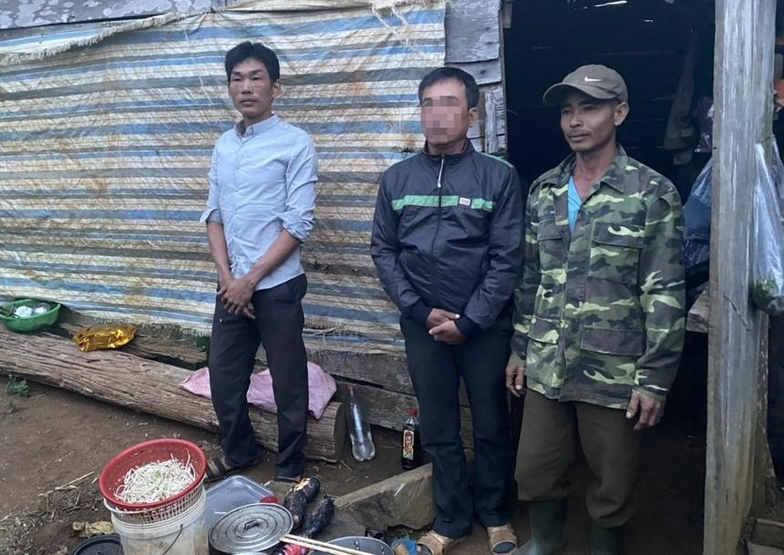 Công an bắt giữ 2 người (áo trắng và áo rằn) tại căn chòi nơi giam giữ nạn nhân. Ảnh: Công an cung cấp.