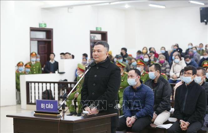 Bị cáo Lê Xuân Giang, Chủ tịch HĐQT Công ty Liên Kết Việt khai báo trước HĐXX. Ảnh: TTXVN