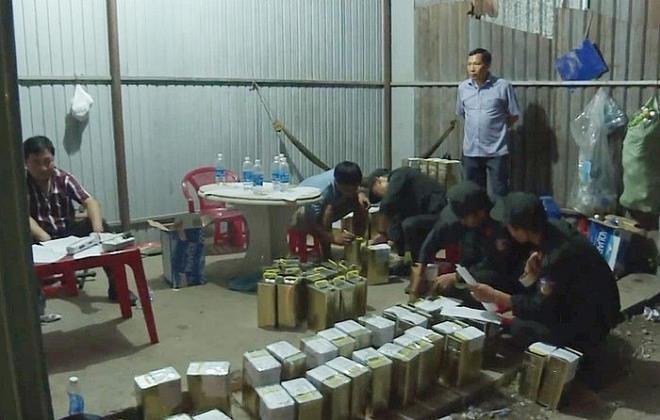 Công an thu giữ nhiều hóa chất để sản xuất xăng giả tại cơ sở của Trịnh Sướng. Ảnh: M.Q.