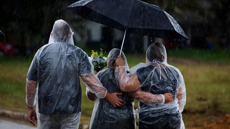 Người thân tham dự đám tang của những nạn nhân Covid-19 tại Manaus, Brazil, ngày 13/1. Ảnh: AFP.