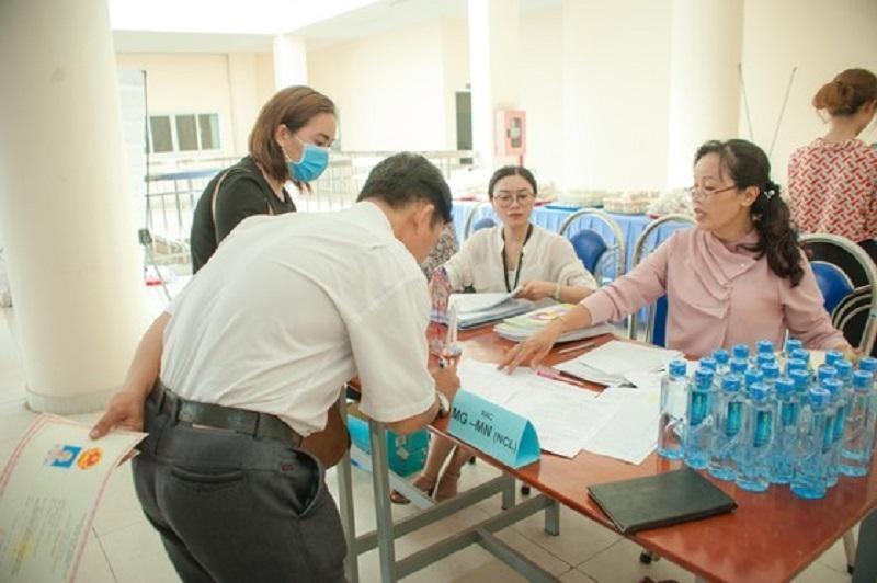 Phụ huynh tại Trường Tiểu học Hồng Hà, quận Bình Thạnh đóng học phí và các khoản thu khác cho con. Ảnh: P.Nga