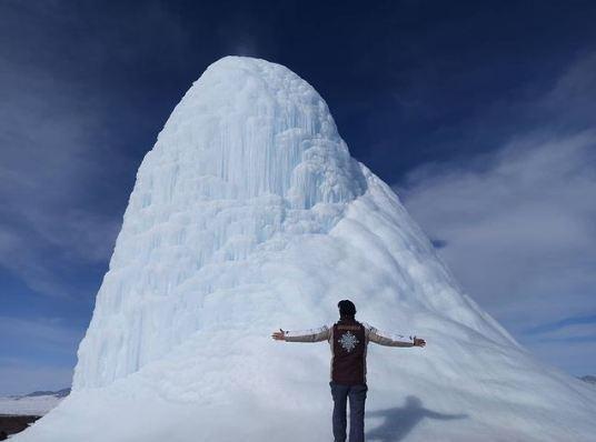 Ngọn núi lửa băng độc đáo ở Kazakhstan.