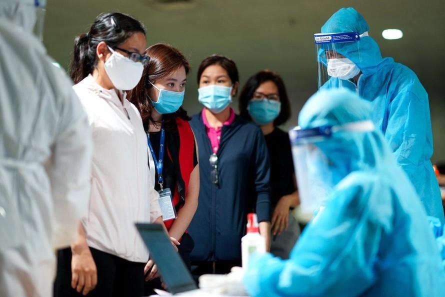Lực lượng y tế lấy mẫu xét nghiệm cho nhân viên sân bay Tân Sơn Nhất. Ảnh: Chí Hùng.