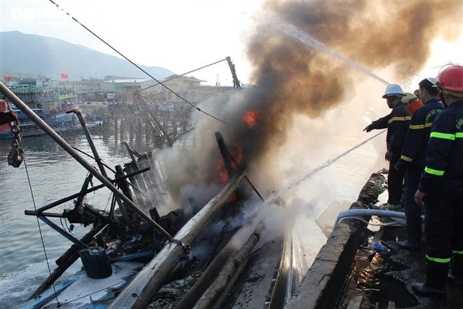 Tàu cá bị lửa thiêu rụi khi neo đầu tại âu thuyền Thọ Quang, Đà Nẵng.
