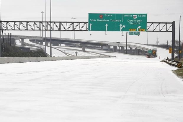 Một tuyến đường cao tốc bị đóng cửa do băng tuyết bao phủ dày đặc tại Houston, Texas, Mỹ, ngày 15/2/2021. (Ảnh: THX/TTXVN)