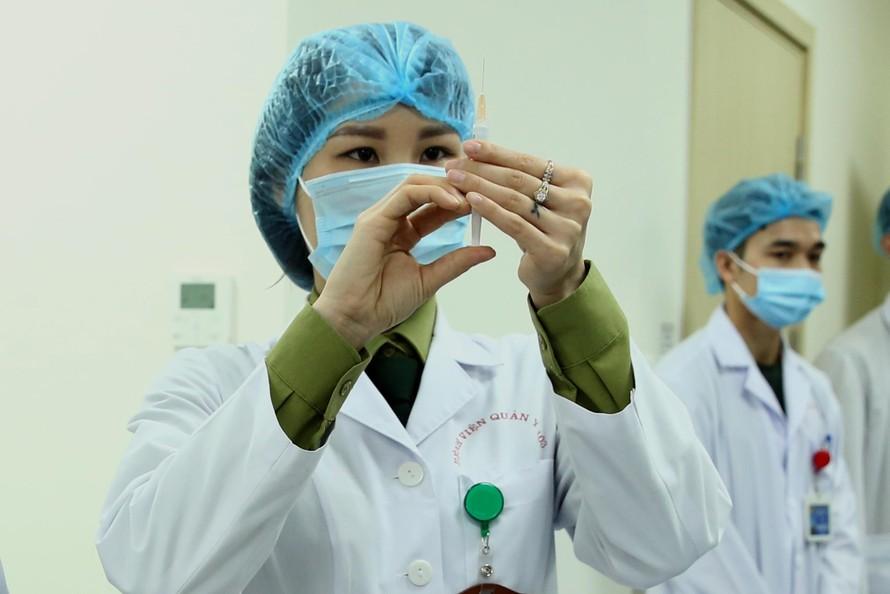 Sáng 26/2, vaccine Nanocovax được nghiên cứu, phát triển trong nước bước vào giai đoạn thử nghiệm thứ hai. dự kiến kéo dài 3 tháng, so với 6 tháng như kế hoạch ban đầu. Ảnh VGP