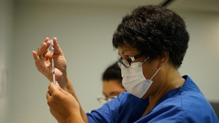 Nhân viên y tế New Zealand chuẩn bị vaccine Pfizer - BioNTech tiêm ngừa cho người dân tại Auckland ngày 19/2. Ảnh: Reuters.