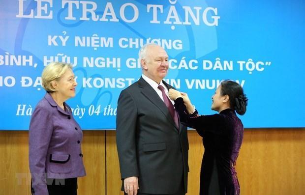 Chủ tịch Liên hiệp các tổ chức hữu nghị Việt Nam Nguyễn Phương Nga gắn Kỷ niệm chương 'Vì hòa bình, hữu nghị giữa các dân tộc' tặng Đại sứ Liên bang Nga tại Việt Nam Konstantin Vnukov. (Nguồn: TTXVN)
