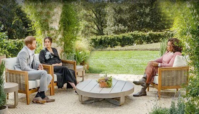 Vợ chồng Hoàng tử Harry trong buổi ghi hình cuộc phỏng vấn với Oprah Winfrey. Ảnh: CBS