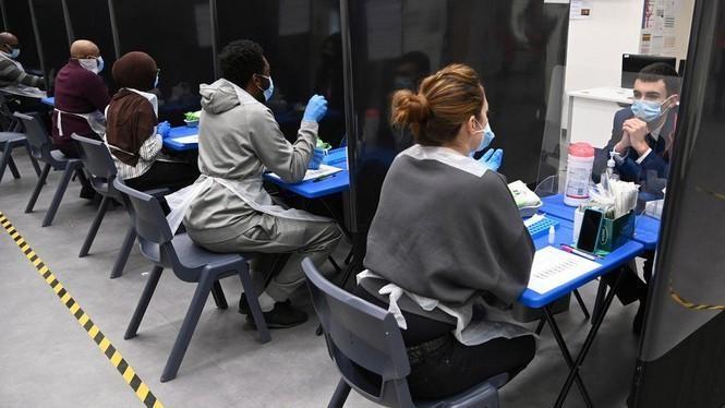 Một khu xét nghiệm COVID-19 trong trường học tại Anh. Ảnh: Reuters.