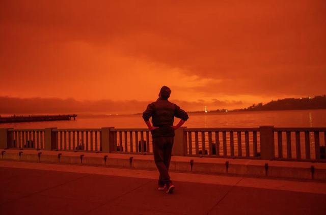 Một người đàn ông nhìn khói cháy rừng ở California làm mờ bầu trời vào tháng 9 năm 2020.