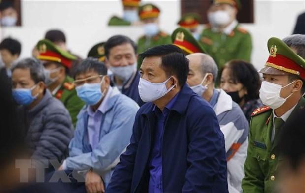 Bị cáo Đinh La Thăng cùng đồng phạm tại phiên xét xử. (Ảnh: Doãn Tấn/TTXVN)