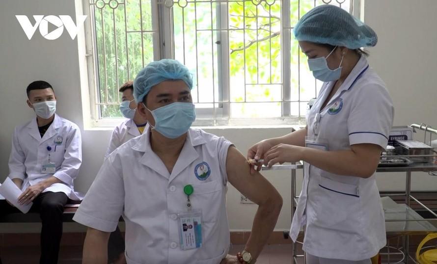 Các nhân viên y tế tại Hoà Bình được tiêm vaccine AstraZeneca.