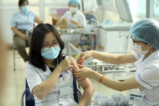 Nhân viên y tế được tiêm vaccine AstraZeneca phòng COVID-19. (Ảnh: Phan Tuấn Anh/TTXVN)
