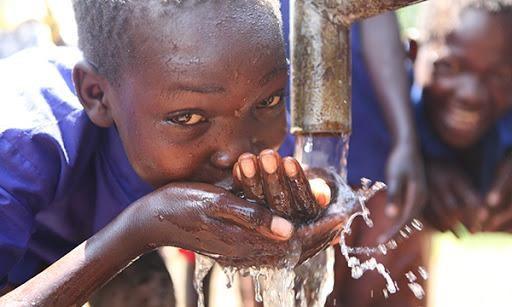 Tình trạng thiếu nước sạch đối với trẻ em