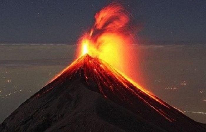 Núi lửa Fuego phun trào mạnh
