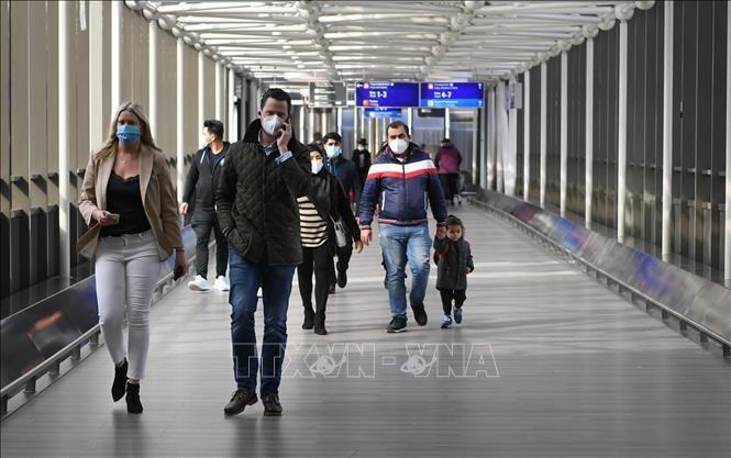 Người dân đeo khẩu trang phòng dịch COVID-19 tại Frankfurt, Đức ngày 18/3/2021. Ảnh: THX/TTXVN