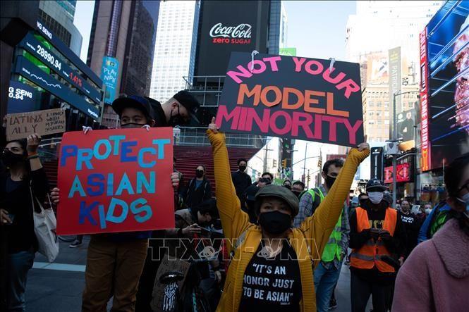 Người dân tham gia tuần hành biểu thị tình đoàn kết với người Mỹ gốc châu Á tại New York, Mỹ, ngày 20/3/2021. Ảnh: THX/TTXVN
