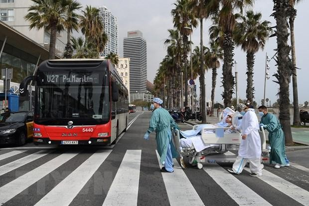 Nhân viên y tế chuyển bệnh nhân COVID-19 về lại bệnh viện sau khi được ra ngoài thư giãn tại Barcelona, Tây Ban Nha ngày 4/3/2021. (Ảnh: AFP/TTXVN)