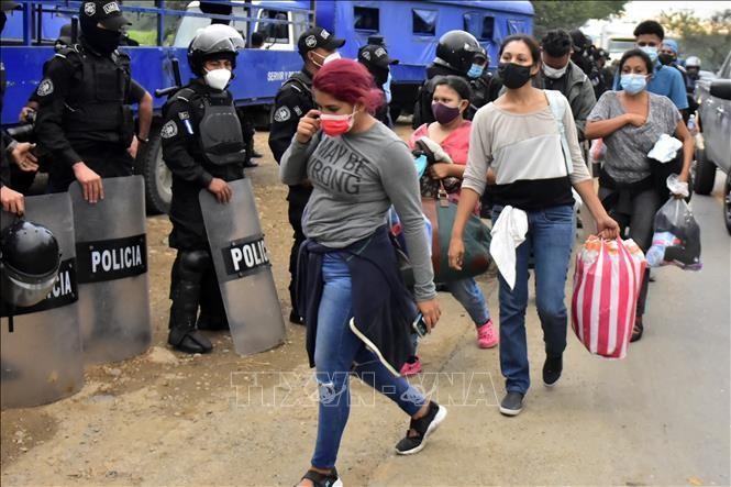 Cảnh sát Guatemala ngăn chặn người di cư trong hành trình tới Mỹ tại khu vực Cofradia, Honduras, ngày 15/1/2021. Ảnh: THX/TTXVN