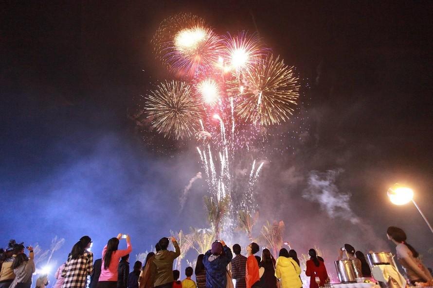 Du khách thích thú với lễ hội pháo hoa rực rỡ tại phố biển Sầm Sơn (Ảnh: FLC Sầm Sơn)