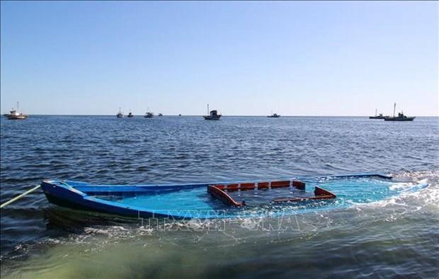 Chiếc thuyền chở người di cư bị đắm ở ngoài khơi Tunisia được kéo vào gần thị trấn Amra của nước này. (Ảnh tư liệu: AFP/TTXVN)