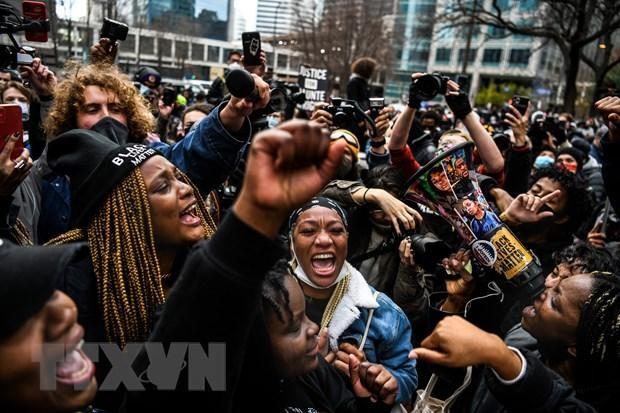 Người dân vui mừng sau phiên toà xét xử vụ George Floyd. (Ảnh: AFP/TTXVN)