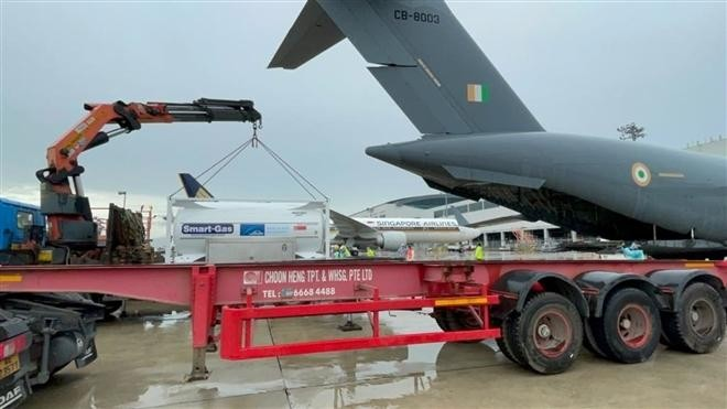 Không quân Ấn Độ tới Singapore chở oxy để phục vụ chống dịch COVID-19. (Ảnh: The Hindustan Times)