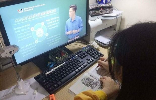 Học sinh học trực tuyến trong thời gian tạm dừng đến trường, để phòng dịch COVID-19. (Ảnh: TTXVN)