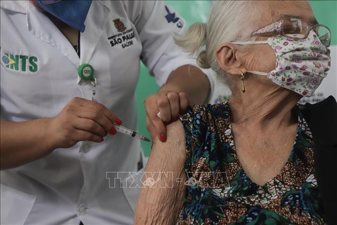 Tiêm chủng tại Brazil gặp khó khăn do thiếu vaccine
