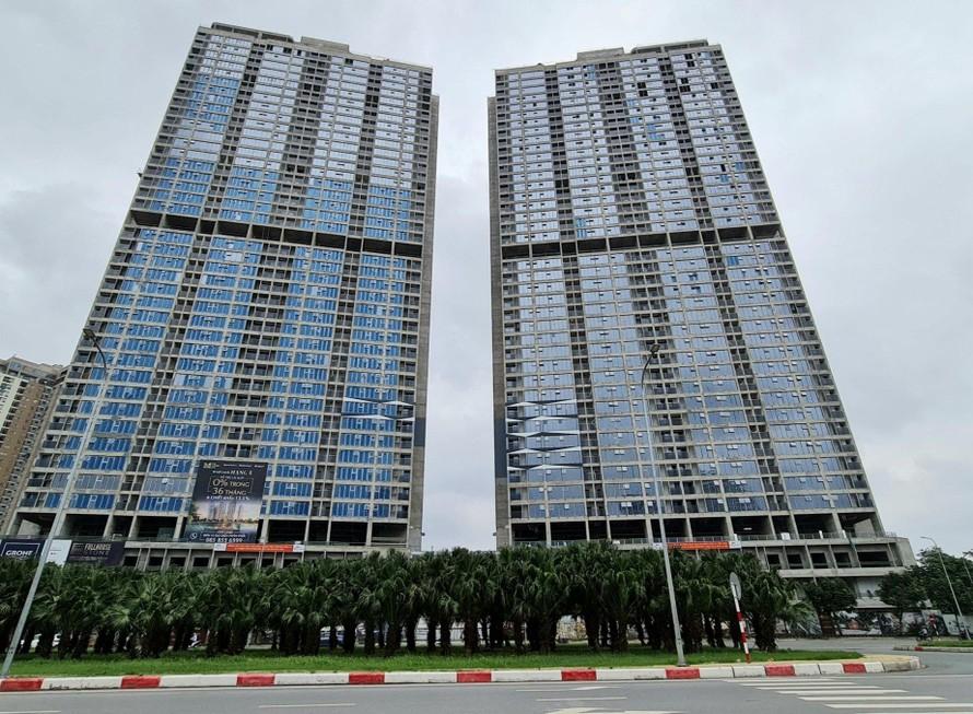 Hai tòa tháp 43 tầng đang gấp rút hoàn thiện các hạng mục cuối cùng để bàn giao cho cư dân theo kế hoạch vào quý IV năm nay.