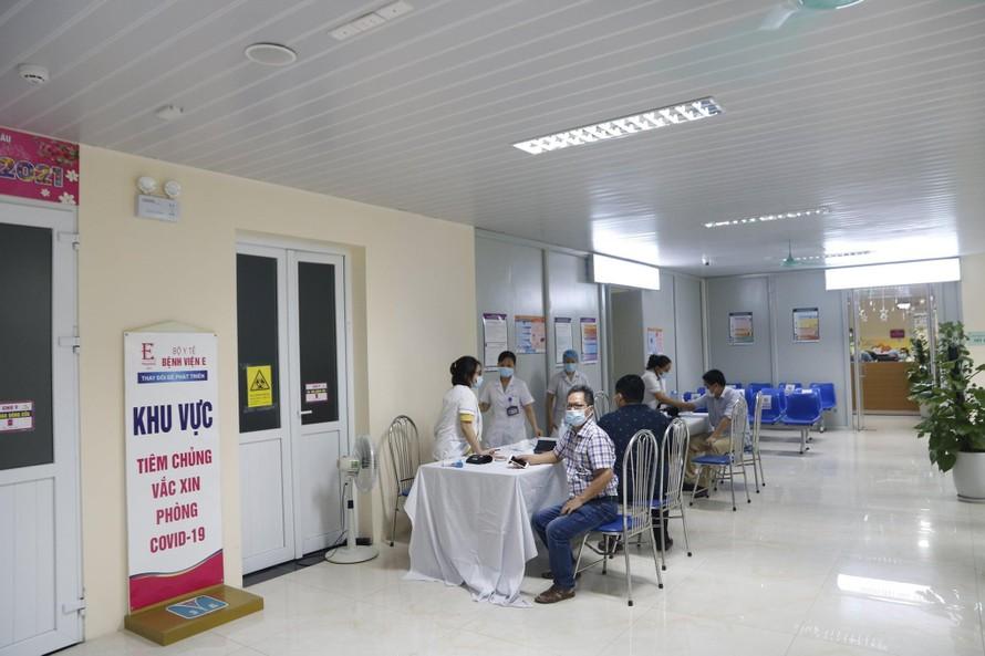 Tiêm vaccine phòng COVID-19 cho cán bộ, nhân viên y tế tại Bệnh viện E Trung ương. Ảnh: Mai Thanh