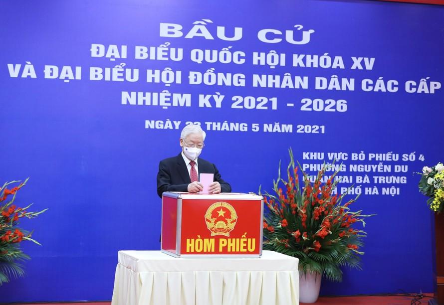 Tổng Bí thư Nguyễn Phú Trọng thực hiện quyền công dân tại khu vực bỏ phiếu số 4, phường Nguyễn Du, quận Hai Bà Trưng, thành phố Hà Nội. Ảnh: VGP