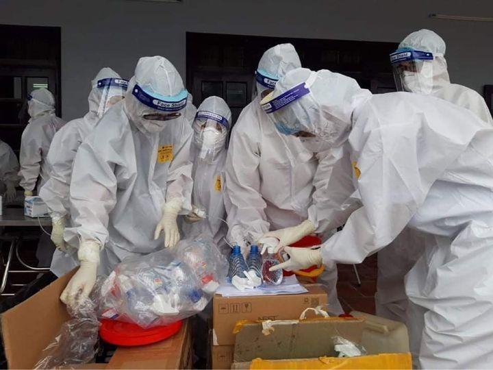 Lực lượng y tế tiến hành việc lấy mẫu test nhanh cho người dân và công nhân tại vùng tâm dịch ở Việt Yên, Bắc Giang. Ảnh: Xuân Thắng
