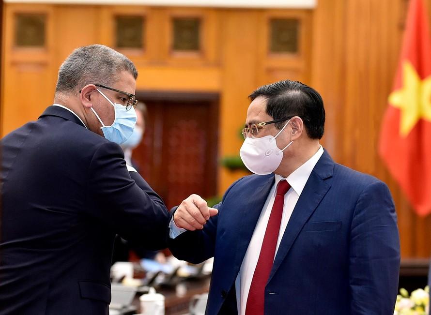 Thủ tướng Chính phủ Phạm Minh Chính và ông Alok Sharma, Bộ trưởng Chính phủ Anh, Chủ tịch Hội nghị lần thứ 26 các Bên tham gia Công ước khung của Liên Hợp Quốc về Biến đổi khí hậu (COP26) - Ảnh: VGP/Nhật Bắc