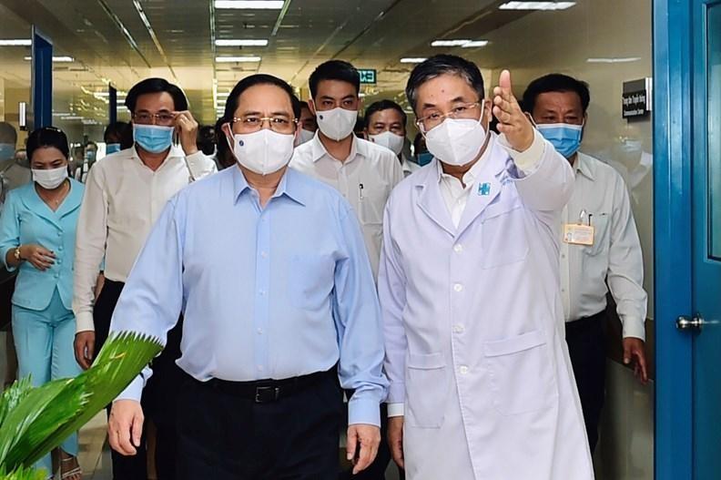 Tới thăm Bệnh viện Đại học Y Dược TPHCM, Thủ tướng Phạm Minh Chính bày tỏ cảm ơn lực lượng y tế cả nước đã hết sức trách nhiệm, thể hiện cao độ lòng yêu nước, tinh thần hết lòng cứu chữa người bệnh. Ảnh: VGP/Nhật Bắc