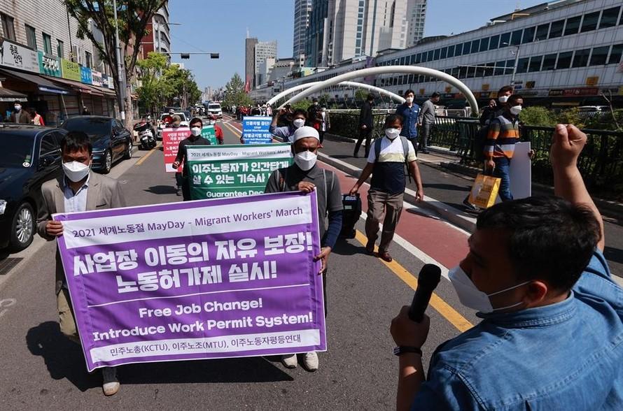 Người lao động nhập cư và các nhà hoạt động địa phương yêu cầu chính phủ cho phép lao động nhập cư được tự do chuyển đổi công việc, tại một cuộc biểu tình ở trung tâm Seoul, ngày 25/04. (Ảnh: Thông tấn Yonhap)
