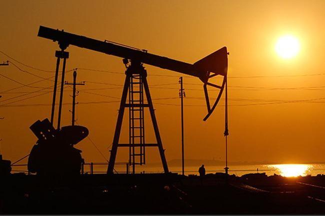 Mỹ: Giá dầu thô chạm mức cao nhất trong gần 3 năm