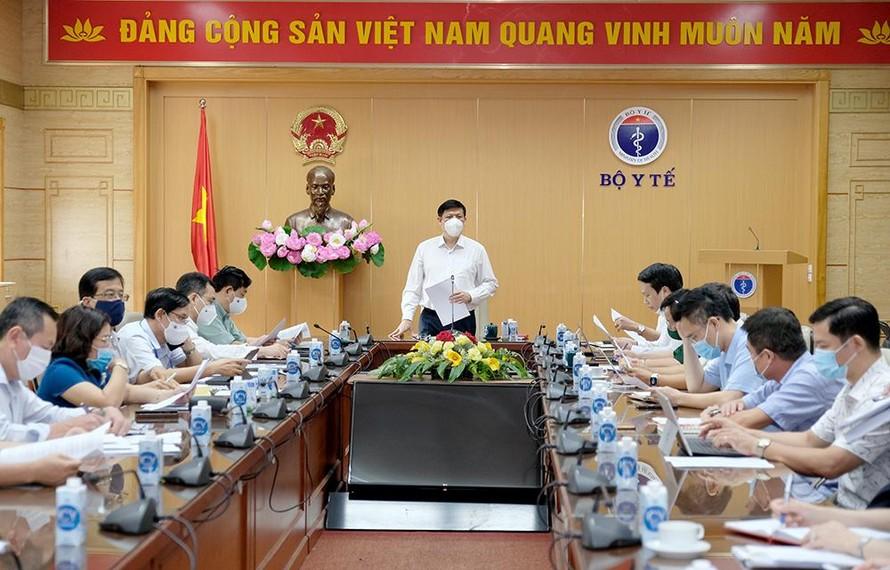 GS.TS Nguyễn Thanh Long- Bộ trưởng Bộ Y tế đã chủ trì cuộc họp triển khai chiến dịch tiêm chủng vắc xin phòng COVID-19 toàn quốc. Ảnh: Trần Minh